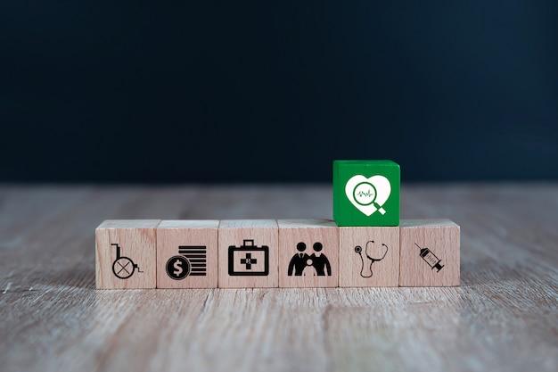木のおもちゃブロックは、医療と健康のための医療アイコンが積み上げられました。