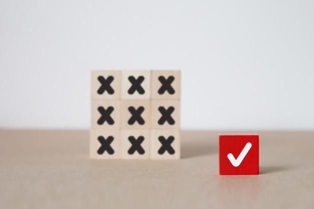 ビジネスとリーダーシップのウッドブロックのコンセプトです。