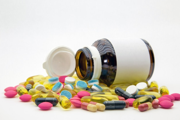 Куча таблетки и витамин капсулы.