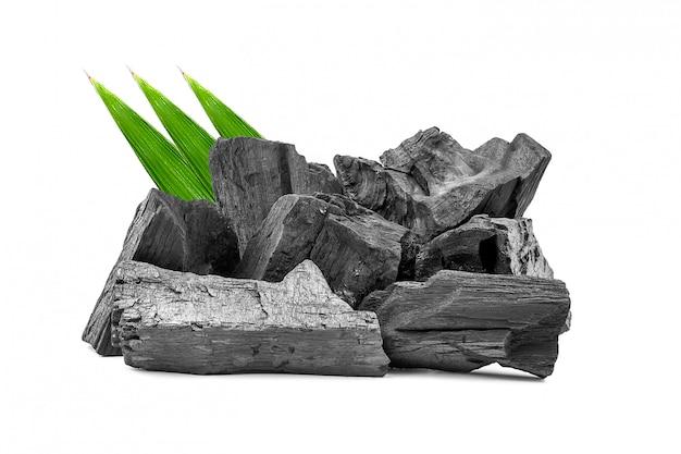 Естественный деревянный уголь или традиционный твердый древесный уголь изолированные на белой предпосылке.