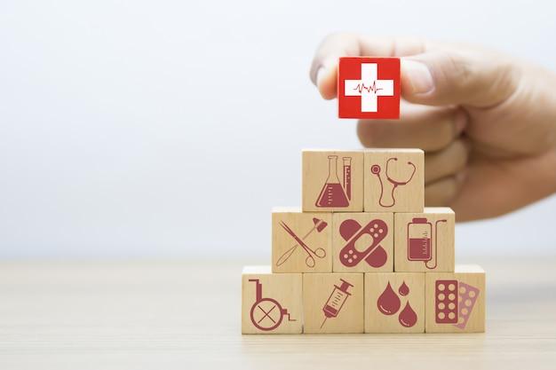 医療と健康のウッドブロックのコンセプトです。