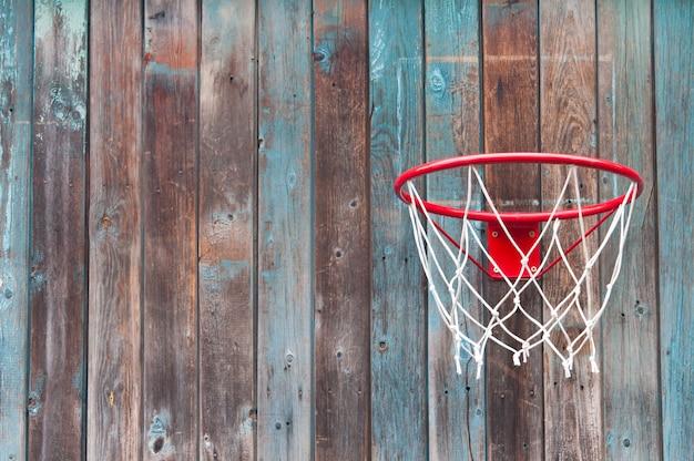 古い木製の壁にバスケットボールネット。