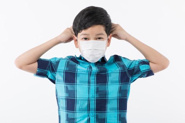 マスクを着用する準備をしている少年