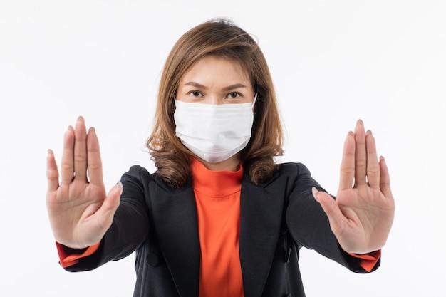 Бизнес женщина в костюме носить маску, делая жест отрицания