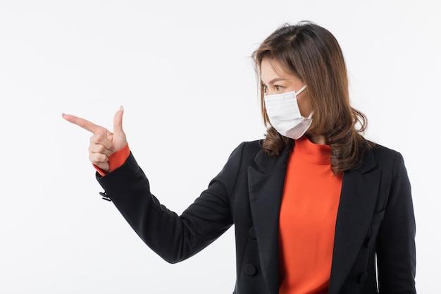 Женщина в маске с пальцем