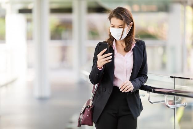 Бизнес женщина носить маску-платье с телефоном.