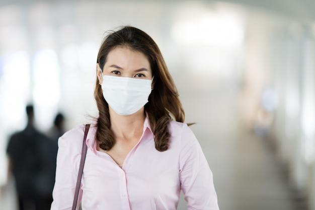 Женщина в маске в ходьбе.