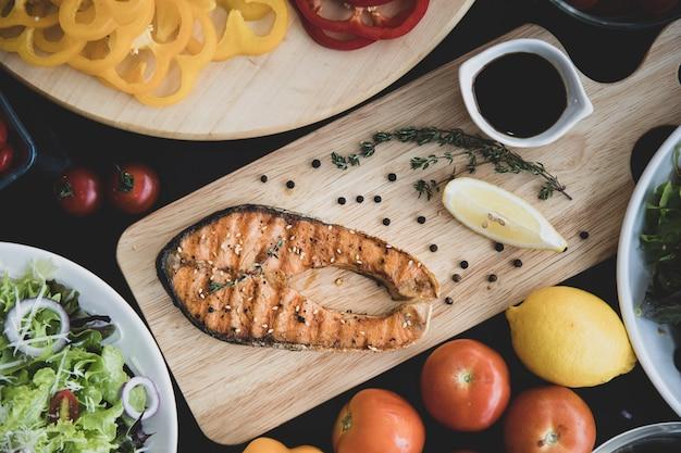 サーモンステーキと野菜のサラダ、トップビュー。