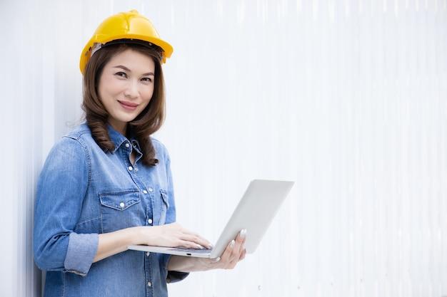 Женский инженер работает на строительной площадке.