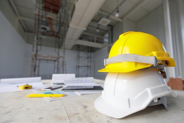 工事現場で白と黄色の安全ヘルメット