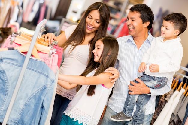 Семейные покупки в торговом центре