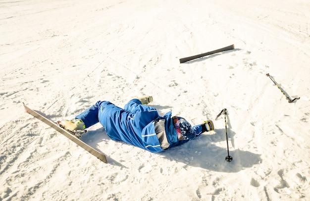 スキーリゾートの斜面でクラッシュ事故後のプロのスキーヤー
