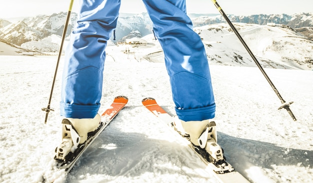 フランスアルプススキーリゾートの斜面の頂上でプロのスキーヤー