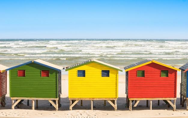 南アフリカのサイモンタウン近くのセントジェームスとミューゼンバーグの海辺で色とりどりのビーチ小屋