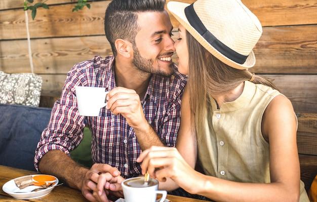 愛の物語の始まりに若者のファッション愛好家のカップル