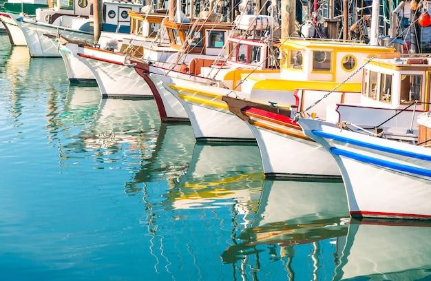サンフランシスコ湾のフィッシャーマンズワーフでカラフルな帆船-カリフォルニア州-アメリカ合衆国