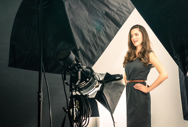 写真撮影で若い女性モデル