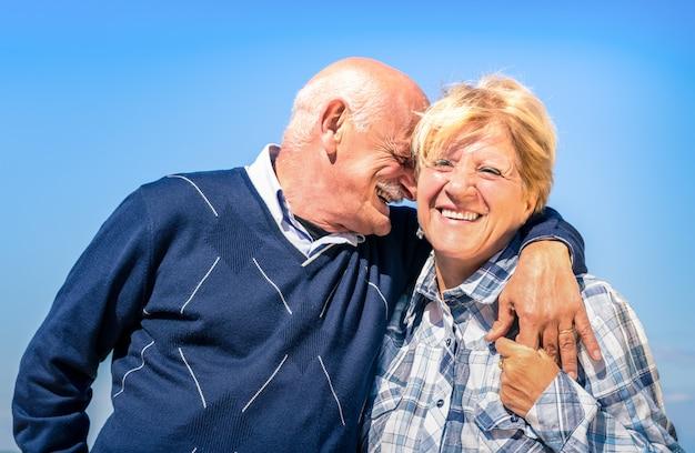 Счастливая пара старших в любви во время выхода на пенсию