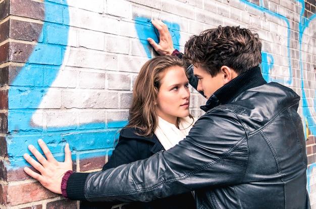 ボーイフレンドとガールフレンドが向かい合って-ラブストーリーの始まり