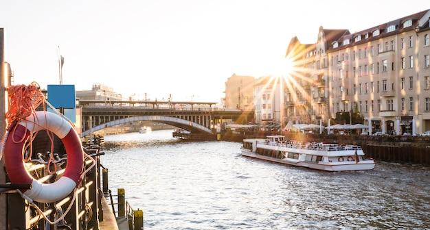 ベルリンの夕日-フリードリヒシュトラーセ駅とシュプレー川に架かる橋のパノラマの角度