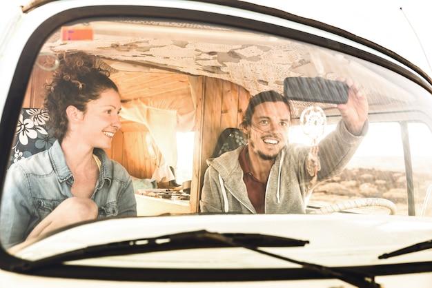 Инди-пара готова к поездке на старомодном мини-фургоне
