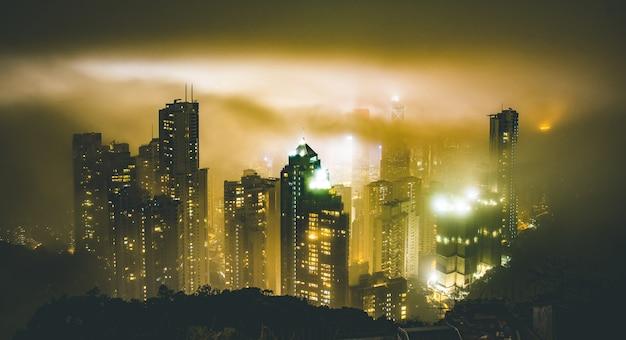 Горизонт гонконга от пика виктории в туманную туманную ночь