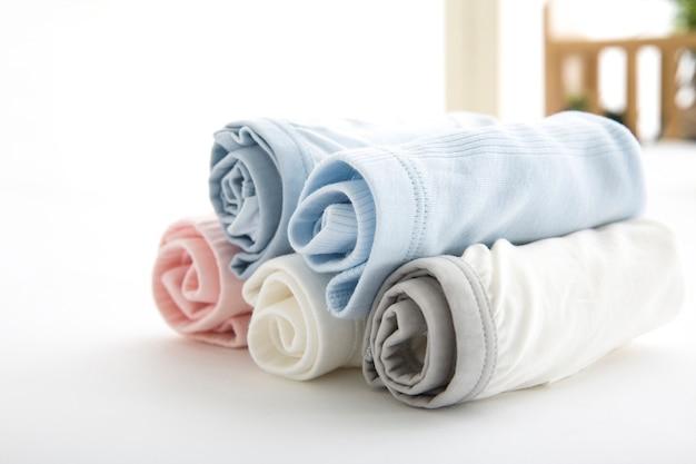 男性用ブリーフはロープの上の浴室で乾かすために重さを量る。曜日ごとのパンティー、毎日のリネン、独身のパンティー、家族のパンティー