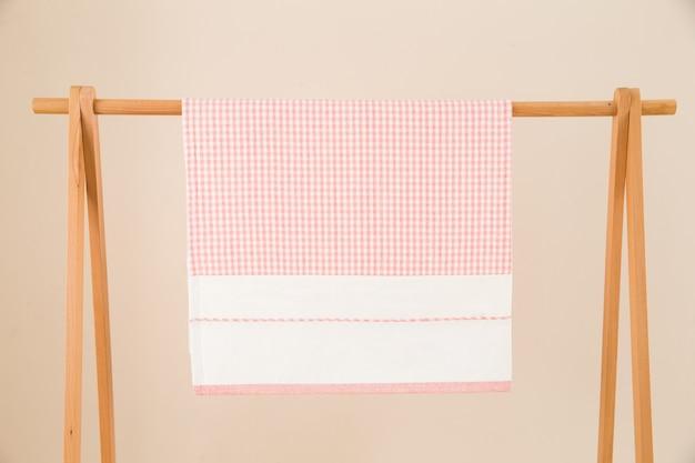 ピンクの布を巻く