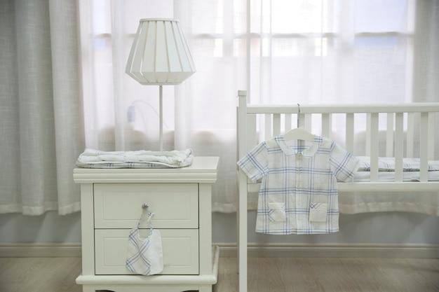 Спальня матери заполнена детским оборудованием.