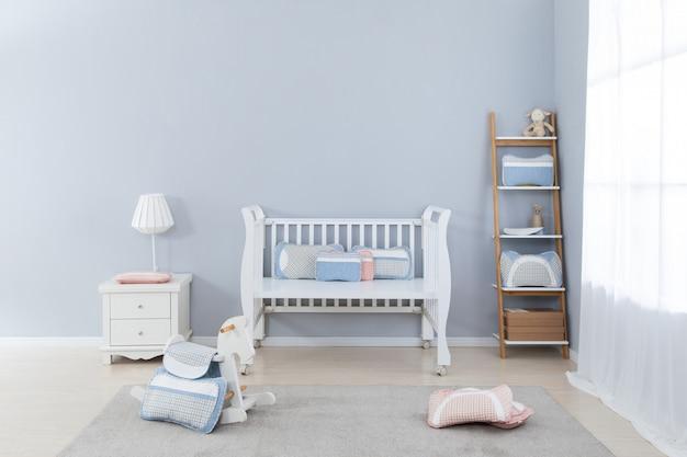 Разные подушки на стуле в комнате