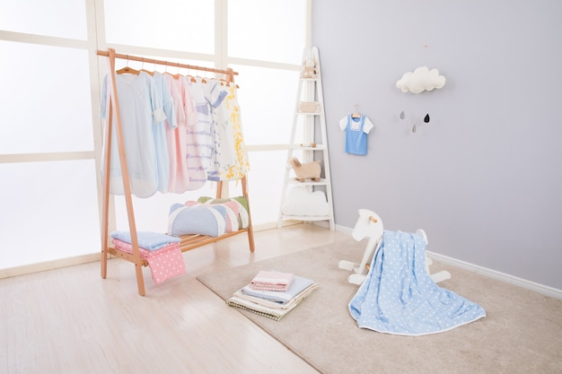 新しい家具付きの広々とした子供部屋の画像
