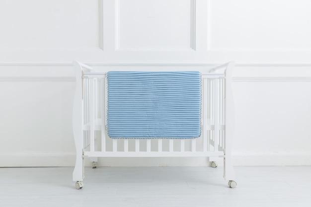 白い背景の下の子供用ベッドのイメージ