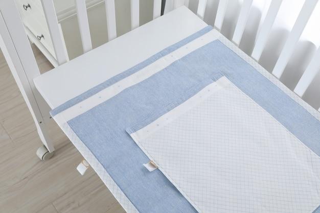 白の下の子供用ベッドのイメージ