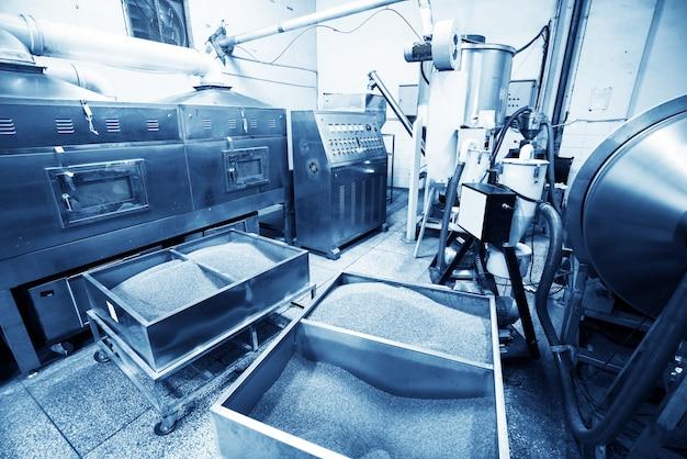 温水ボイラー暖房システム付きボイラー室