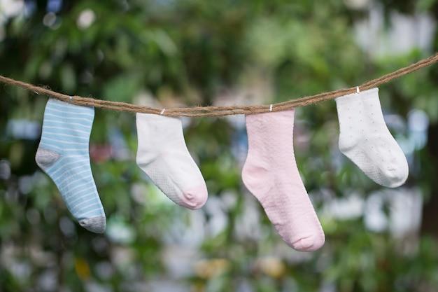 Вязаные детские носки на деревянном фоне