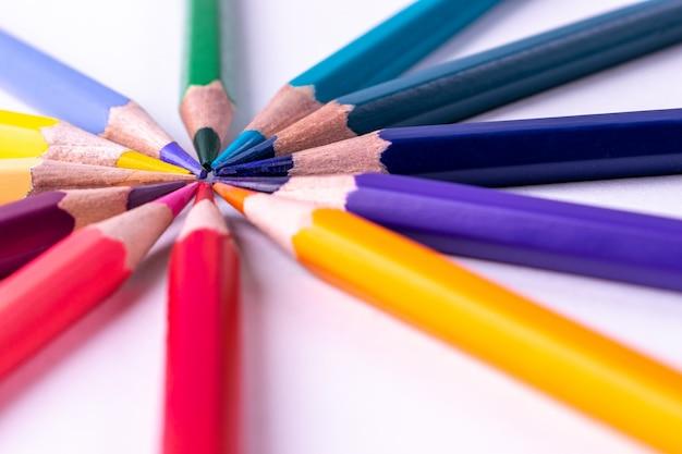 Закрыть группу цветного карандаша на белом