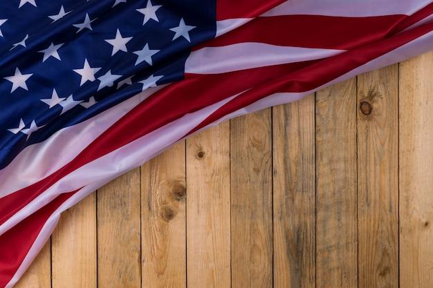 木製の背景にアメリカ合衆国の国旗。米国の退役軍人、記念、独立と労働の日