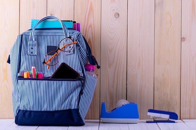 バッグの中に文房具とバックパック