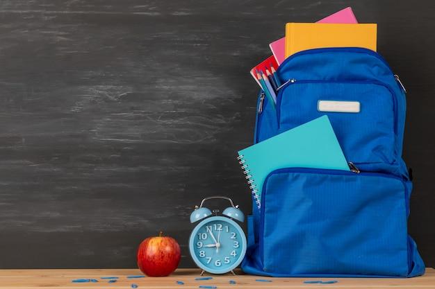 Рюкзак с канцелярскими товарами в сумке