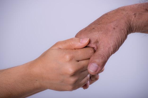 彼女の祖父の手を握って若い女性