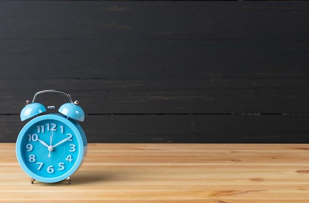 テーブルの上の目覚まし時計。時間管理 。