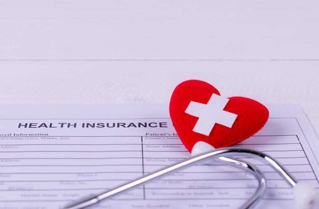Форма медицинского страхования с красным сердцем и стетоскопом