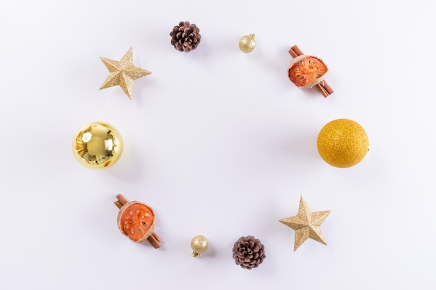 クリスマスの組成物。白い背景の上の金のクリスマスの装飾。トップビュー、コピースペース。