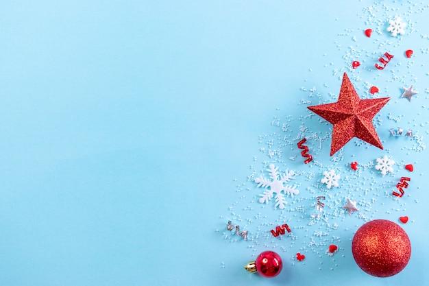 青に雪の結晶の赤いクリスマスボールのトップビュー