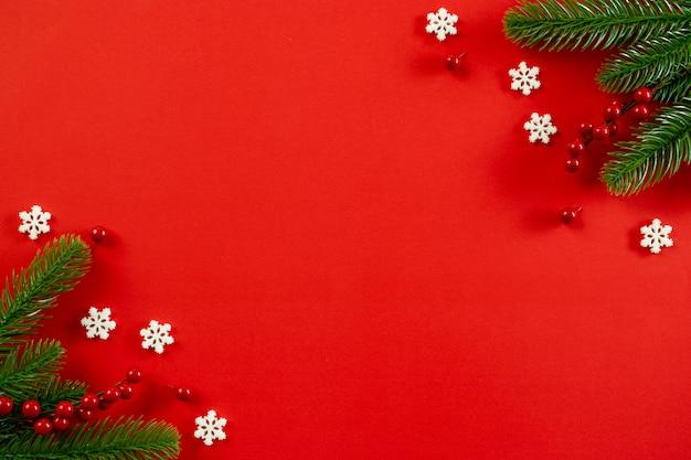赤のクリスマスツリーの装飾、赤い果実、雪片のトップビュー