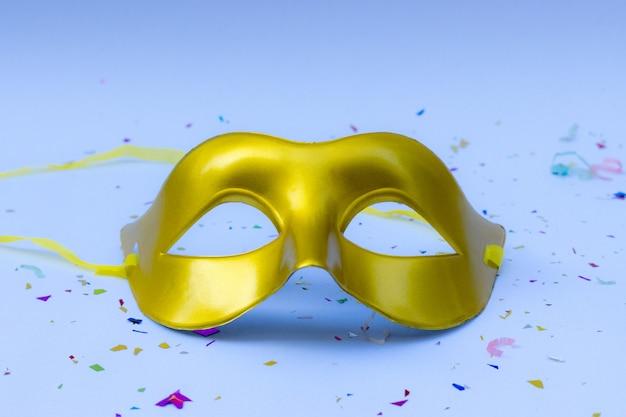 白い背景の上のカーニバルマスク。