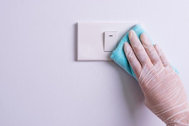 光スイッチをきれいにする女性の手