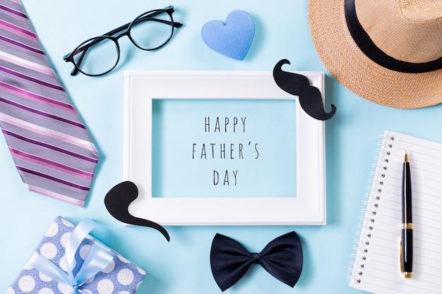 明るい青色のパステル背景に幸せな父の日のテキストと白い額縁。フラット横たわっていた。