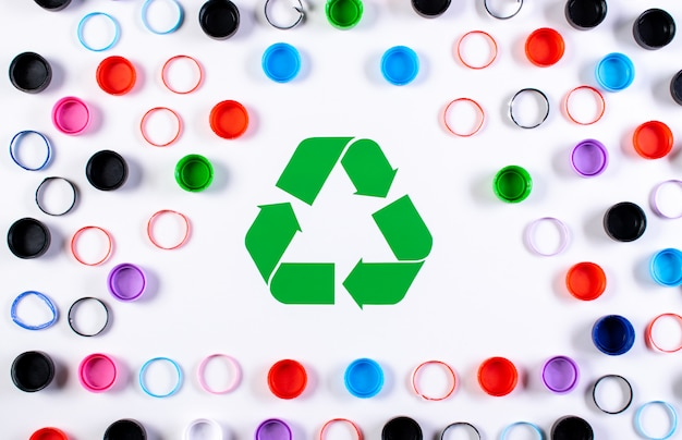 リサイクルマークの付いた色のプラスチックボトルキャップ。世界環境デーや再利用、リサイクルのコンセプト。