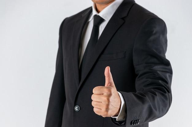 ビジネスマンは、サインジェスチャーを親指を示しています。
